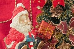 Święty Mikołaj i Bożenarodzeniowy prezent Fotografia Royalty Free