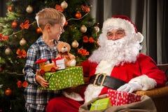 Święty Mikołaj i chłopiec troszkę fotografia royalty free
