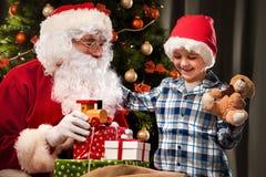 Święty Mikołaj i chłopiec troszkę obrazy royalty free
