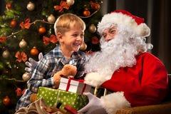 Święty Mikołaj i chłopiec troszkę zdjęcie royalty free