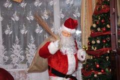 Święty Mikołaj i Christmass drzewo podczas Xmas z szczęśliwą dziewczyną zdjęcie stock
