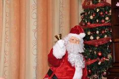 Święty Mikołaj i Christmass drzewo podczas Xmas z szczęśliwą dziewczyną obrazy royalty free