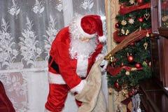 Święty Mikołaj i Christmass drzewo podczas Xmas z szczęśliwą dziewczyną zdjęcia stock