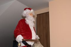 Święty Mikołaj i Christmass drzewo podczas Xmas z szczęśliwą dziewczyną Obraz Royalty Free