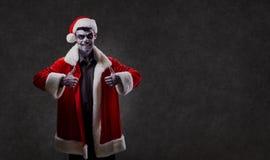 Święty Mikołaj jest czarownikiem z czaszką na bożych narodzeniach fotografia stock