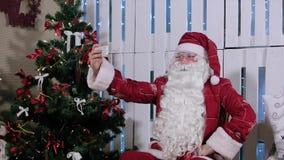 Święty Mikołaj Jest Siedzi Jego Smartphone & Robi Selfi zbiory wideo
