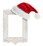 Święty Mikołaj kapelusz wieszający na rocznika ramie fotografia stock