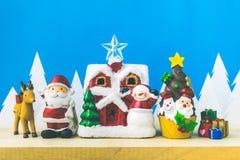 Święty Mikołaj lale i Bożenarodzeniowe dekoracje boksują na drewnianym Zdjęcie Stock