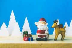 Święty Mikołaj lale i Bożenarodzeniowe dekoracje boksują na drewnianym Zdjęcia Royalty Free