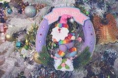 Święty Mikołaj lale i Bożenarodzeniowe dekoracje boksują na drewnianym Obrazy Stock