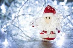 Święty Mikołaj lub ojciec Oszroniejący z bożonarodzeniowe światła Obrazy Royalty Free