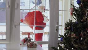 Święty Mikołaj mówi do widzenia i iść daleko od inny dom zdjęcie wideo