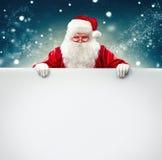 Święty Mikołaj mienia reklamy pusty sztandar obraz stock