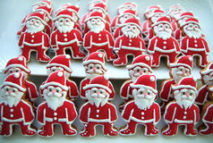 Święty Mikołaj na białym talerzu, Kolorowi, Unikalni, Bożenarodzeniowi ciastka, Zdjęcia Royalty Free