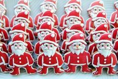 Święty Mikołaj na białym talerzu, Kolorowi, Unikalni, Bożenarodzeniowi ciastka, Obraz Royalty Free