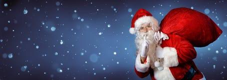 Święty Mikołaj Niesie torbę obraz stock