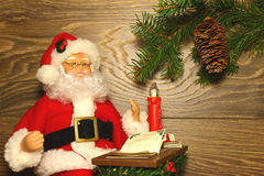 Święty Mikołaj obsiadanie przy stołem Zdjęcie Royalty Free