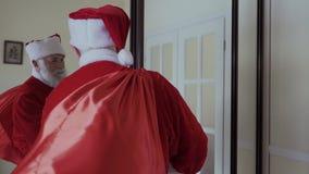 Święty Mikołaj odzież jego czerwony kapelusz, otwiera drzwi i chodzi out zdjęcie wideo