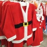 Święty Mikołaj oryginał odziewa na odzieżowym stander w sklepie zdjęcia stock