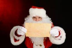Święty Mikołaj pokazuje list zdjęcie stock
