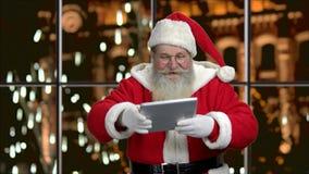 Święty Mikołaj pokazuje pustą cyfrową pastylkę zbiory wideo