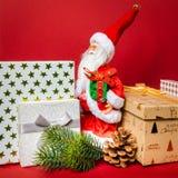 Święty Mikołaj postaci pozycja na złotym prezenta pudełku zdjęcie stock