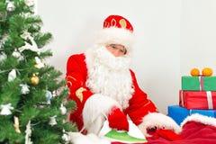 Święty Mikołaj prasowanie odziewa obrazy stock