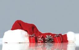 Święty Mikołaj prezenty i kapelusz Fotografia Royalty Free
