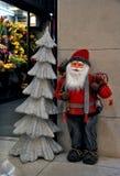 Święty Mikołaj przed sklepem Zdjęcie Royalty Free