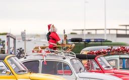 Święty Mikołaj przy wystawą retro samochodu wolkswagen, Agde, Francja Odbitkowa przestrzeń dla teksta Zdjęcia Royalty Free
