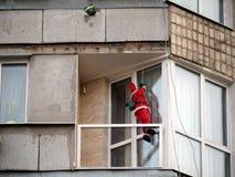 Święty Mikołaj przychodzi puszek arkana na balkonie budynek Ty już rozkazywałeś wakacyjnych prezenty dla twój gospodarstwa domowe obraz stock