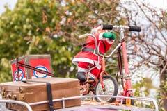 Święty Mikołaj rowerzysta w wolkswagen wystawie roczników samochody, Agde, Francja Zakończenie Obraz Stock