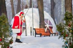 Święty Mikołaj spacer w parku Obrazy Stock