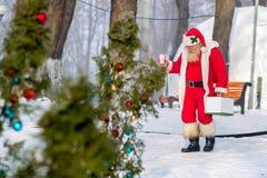 Święty Mikołaj spacer w parku Zdjęcie Stock