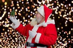 Święty Mikołaj trzyma dekoracyjnej choinki Obrazy Stock