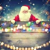 Święty Mikołaj trzyma drewnianego sztandaru tło obrazy royalty free