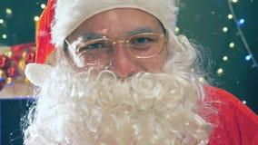 Święty Mikołaj trzyma złotego prezenta pudełko z czerwonym faborkiem zbiory