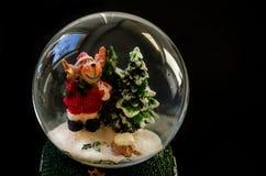 Święty Mikołaj umieszcza w piłce na czarnym tle obraz stock