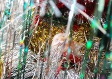 Święty Mikołaj wśród świecidełka Fotografia Royalty Free