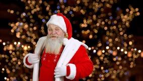 Święty Mikołaj w czerwonym kostiumu tanczy zbiory