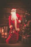 Święty Mikołaj w drewnianym domowym wnętrzu Zdjęcia Stock