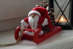 Święty Mikołaj w okno Zdjęcia Royalty Free