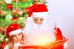 Święty Mikołaj z śliczną wnuczką Fotografia Stock