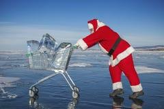 Święty Mikołaj z tramwajem czysty lód przy zimy Baikal jeziorem zdjęcia stock