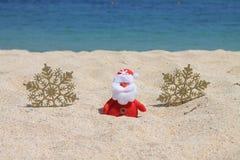 Święty Mikołaj z złocistymi płatkami śniegu Fotografia Royalty Free