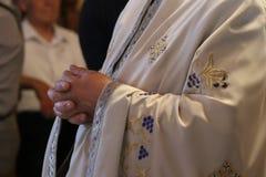 Święty moment gdy ksiądz stawia jego ręki w modlitwie wpólnie Fotografia Royalty Free