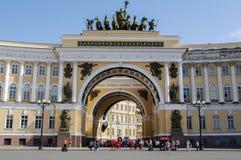 ŚWIĘTY PETERSBURG, CZERWIEC - 05, 2014: Rydwan chwała na Triumfalnego łuku sztaba generalnego pałac kwadracie Obrazy Royalty Free