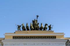 ŚWIĘTY PETERSBURG, CZERWIEC - 05, 2014: szczegółu rydwan chwała na Triumfalnego łuku sztaba generalnego pałac kwadracie Fotografia Stock