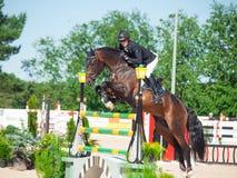 ŚWIĘTY PETERSBURG-JULY 06: Jeździec Kristapas Neretnieks na Karamsin Zdjęcia Royalty Free