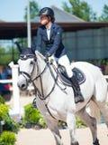 ŚWIĘTY PETERSBURG-JULY 06: Jeździec Maria Bibikova na car w CS Obrazy Stock